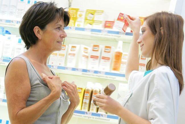 Macchie sul viso: 3 cose che devi assolutamente sapere prima di acquistare un cosmetico in farmacia e profumeria